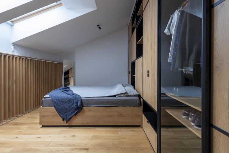 Jak by vypadal byt, kdyby si ho zařizoval architekt sám pro sebe? Zvlášť, pokud našel zalíbení v minimalismu i finské moderně. Mezonetový byt je plný zajímavých, funkčních detailů a chytrých řešení, které z něj dělají útulný prostor pro život.