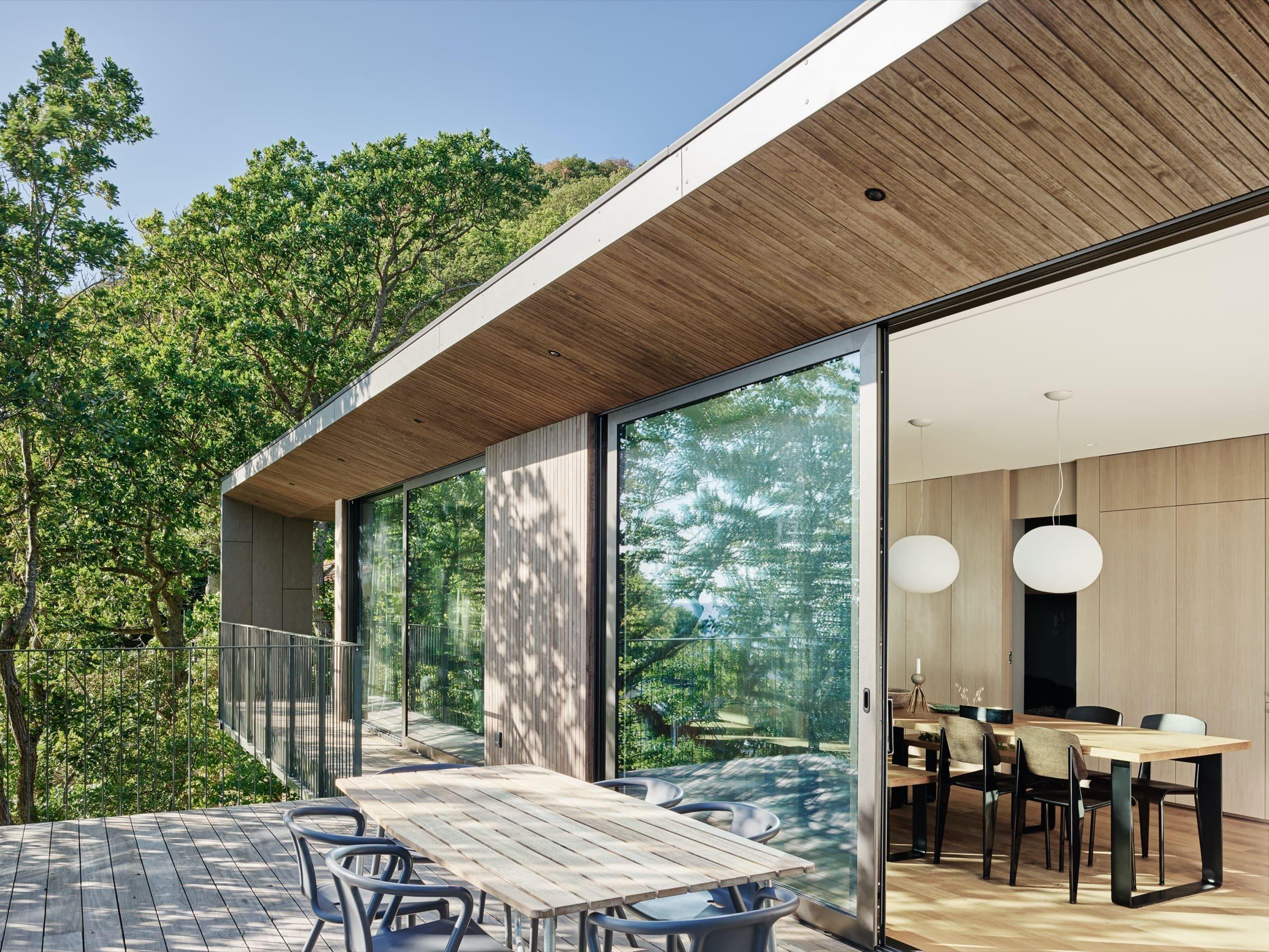 Terasa s výhledem do korun stromů slouží jako venkovní jídelna