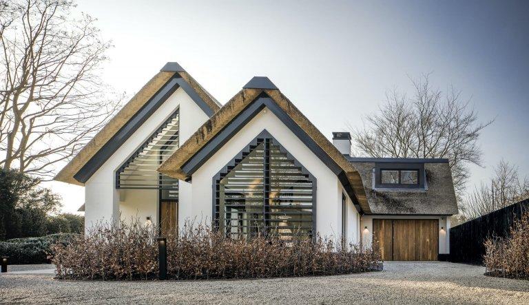 Moderní dům s doškovou střechou