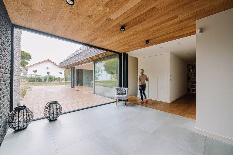 Nový dům ve tvaru moderní stodoly