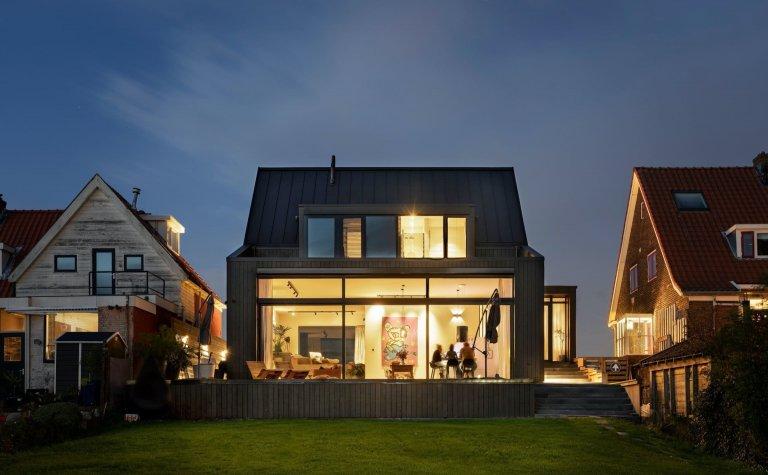 Odvážný dům s černou fasádou
