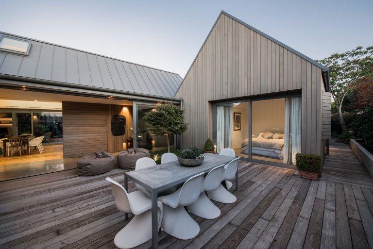 Po rekonstrukci vznikla moderní stodola obložená cedrem