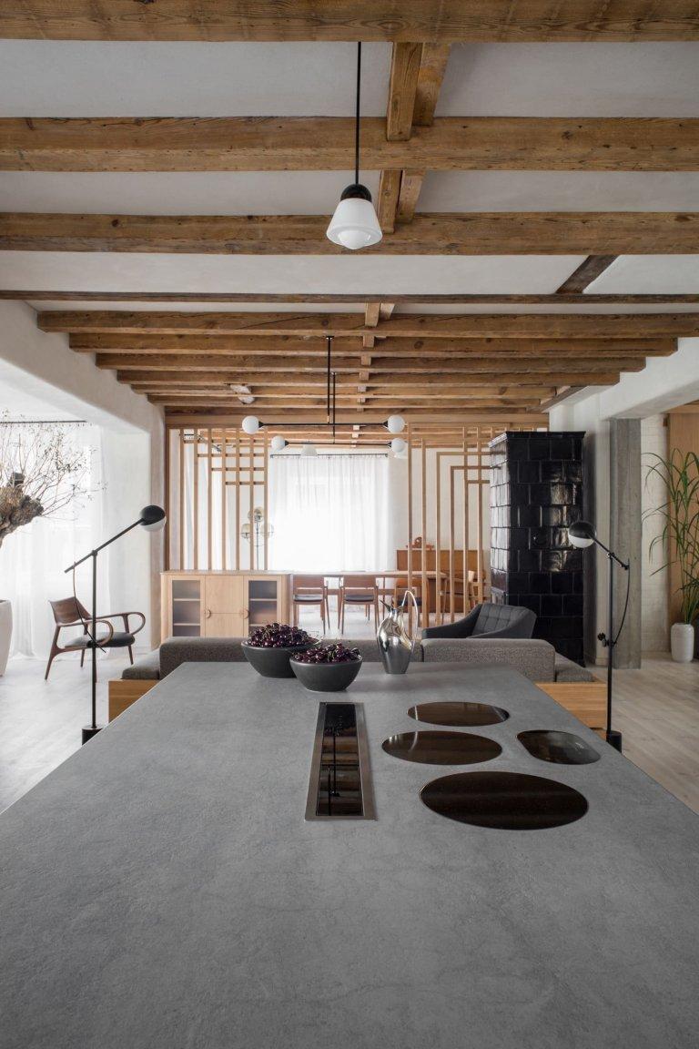 Dům z roku 1923 prošel razantní proměnou pod taktovkou architektonického studia. Kombinace dokonalé moderny a nedokonalého stylu wabi-sabi vytvořila příjemný a originální domov. Stylové kousky doplňuje hliněná omítka, původní dřevěné trámy a 200 let starý olivovník.