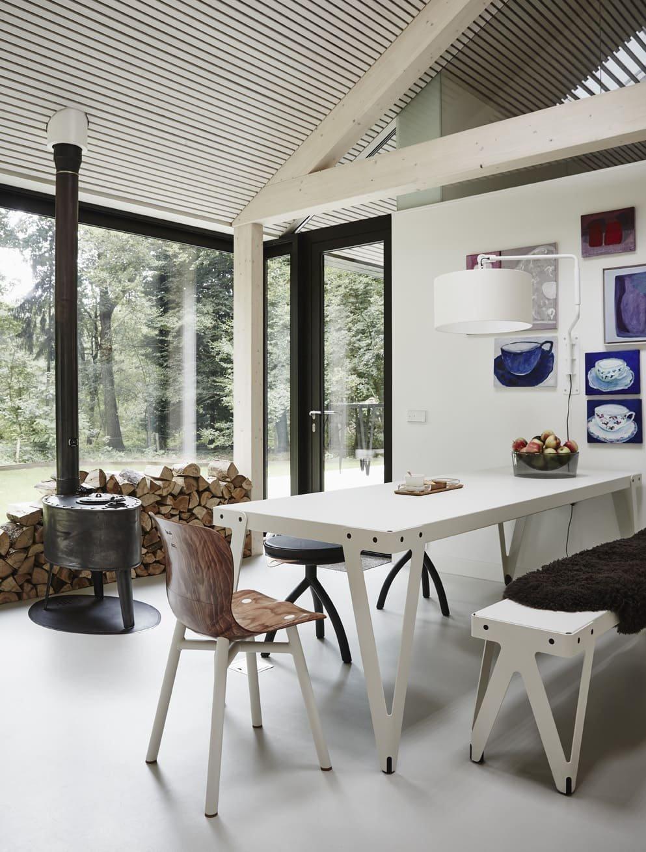 Skromný svým vzhledem s krásným výhledem na lesy přírodní rezervace, v níž stojí. Tvar domu je jednoduchý, protože napodobuje archetypální podobu podlouhlé stodoly, respektuje své okolí a zároveň maximalizuje komfort bydlení pro majitele domu.