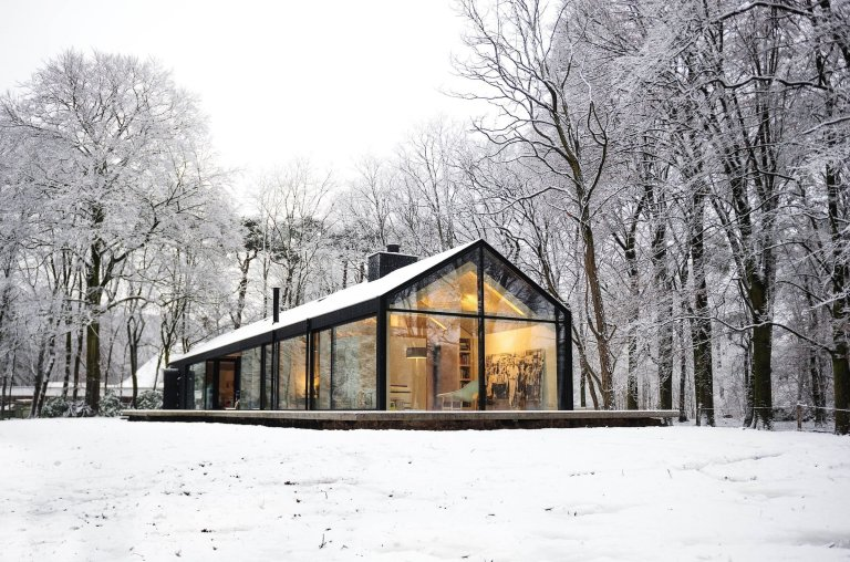 Prosklený dům na kraji lesa