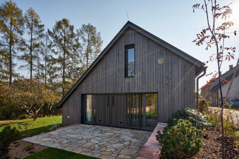 Chalupa v Podkrkonoší se po rozsáhlé rekonstrukci změnila na moderní bydlení pro rodinu, které i tak dýchá starými časy ve stylu skandinávského venkova.