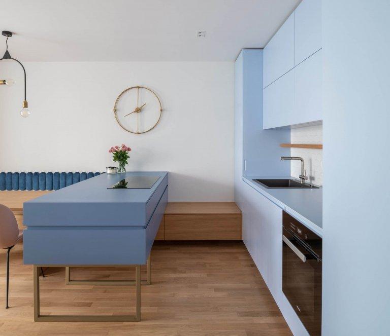 Retro s modrou kuchyní pro mladou ženu
