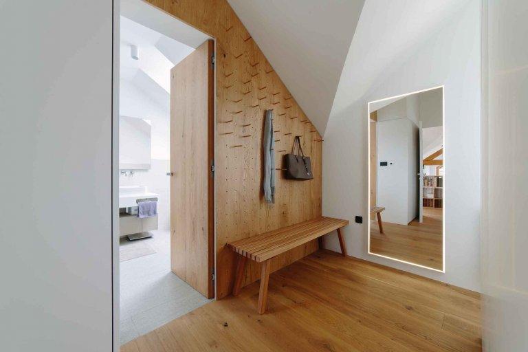 Schody uprostřed obývacího pokoje