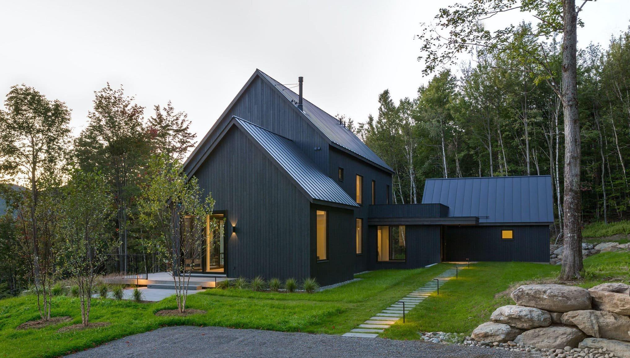 Venkovský dům na svahu obklopený lesem