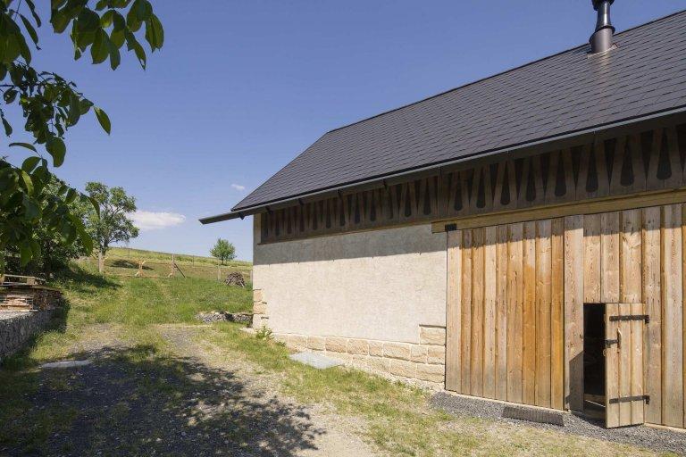 Ze staré stodoly je moderní chalupa k rekreaci