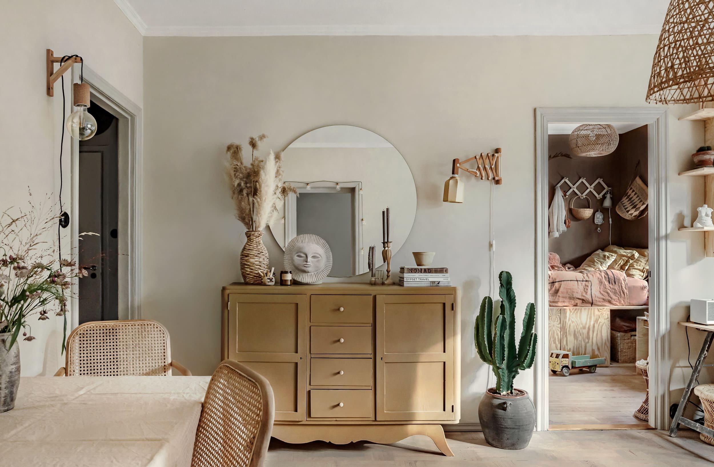 Renovace starého nábytku je radost, když opravuje kusy po babičce, k nimž má citový vztah a chce je začlenit do zařízení vlastního bydlení