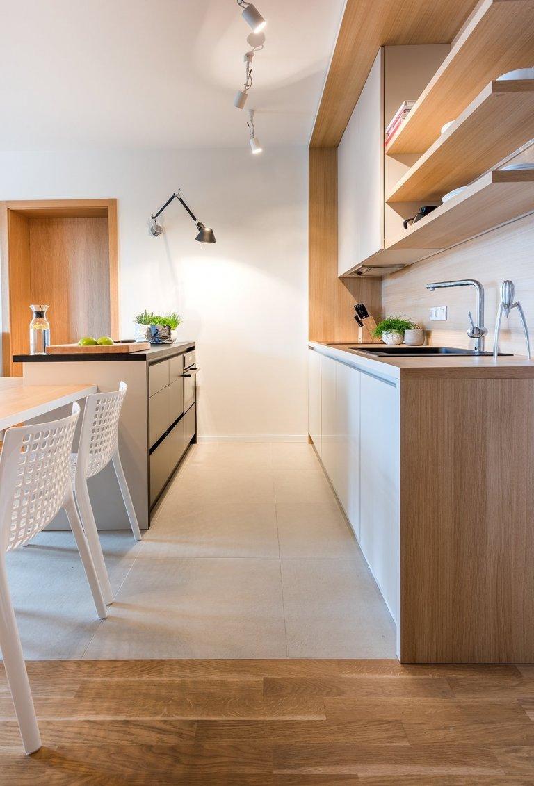 pohled mezi kuchyňskou linkou a ostrůvkem