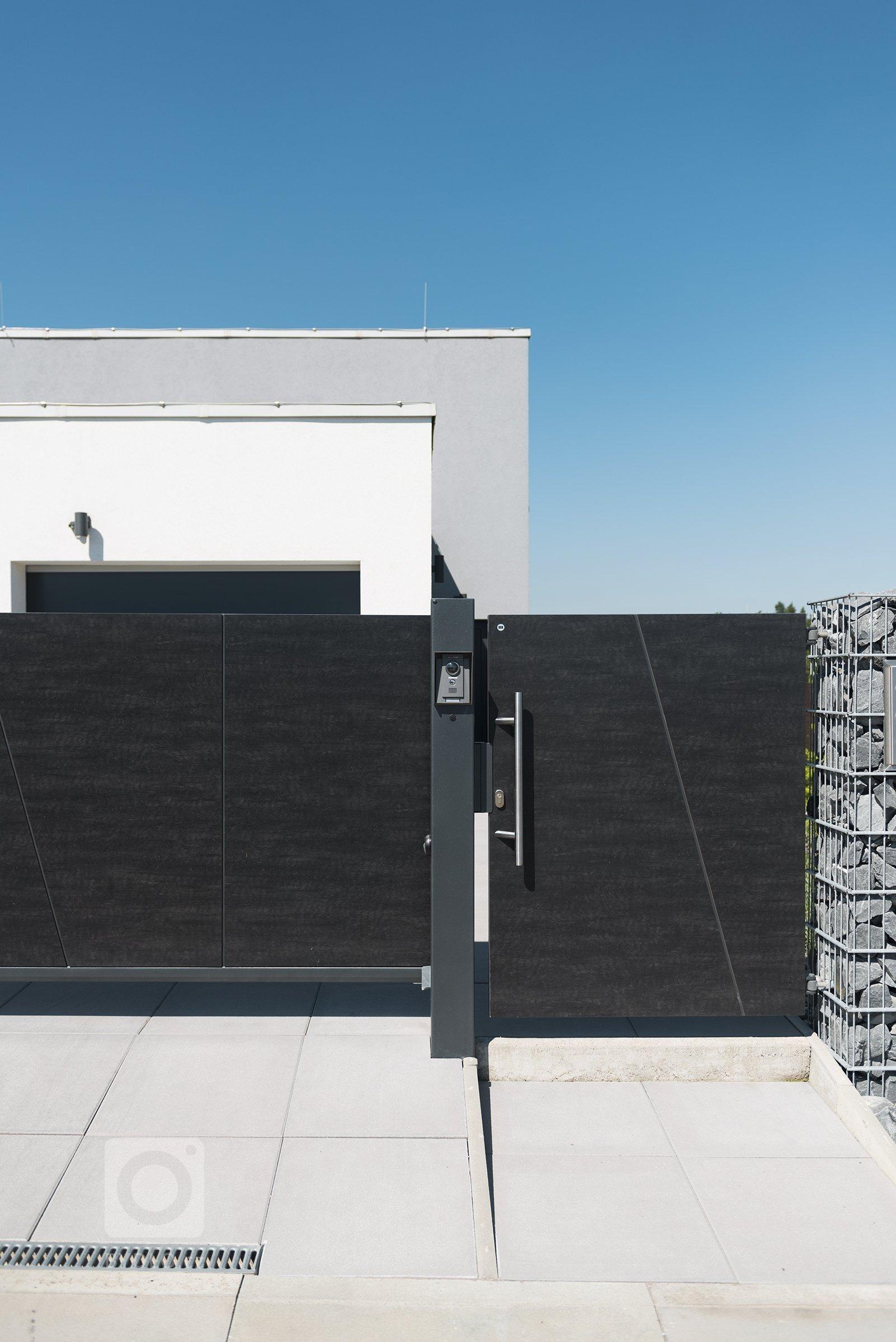 Gabionový plot Rock, brána a branka Full (rodinný dům, Ostrava).  Plná plocha vašeho plotu garantuje vysokoumíru soukromí. Navíc, ploty či brány…
