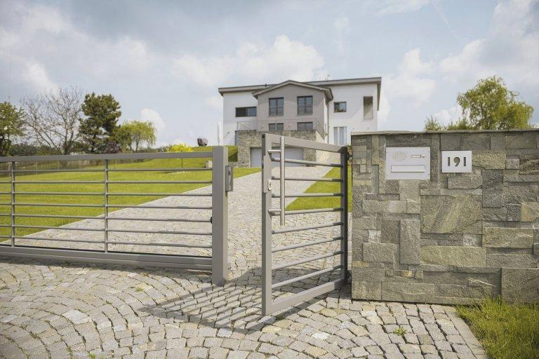 Plot, brána i zábradlí Airy