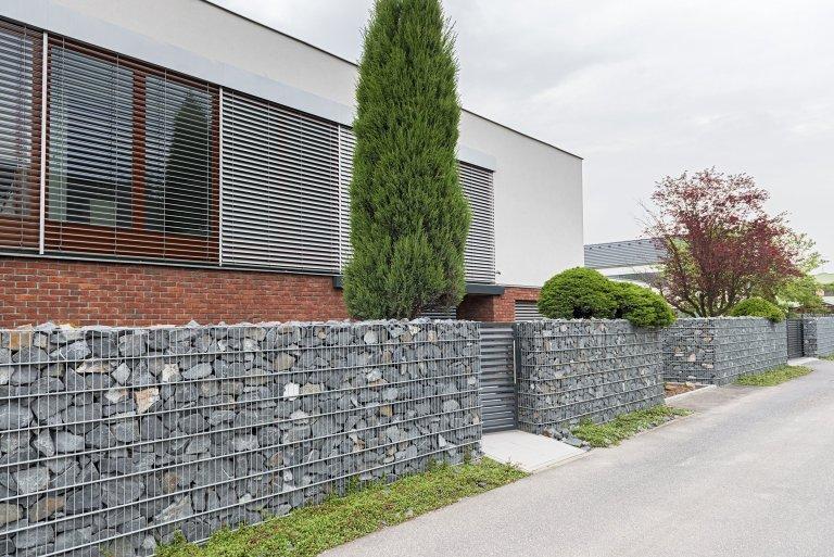 GabionRock sbránou a brankouHalf (rodinný dům, Bohumín).  Šlo o rozsáhlou rekonstrukci prostorného domu, která byla ve všech ohledech…