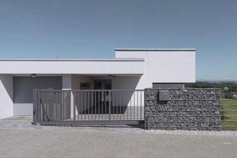 Netradiční dům - netradiční plot