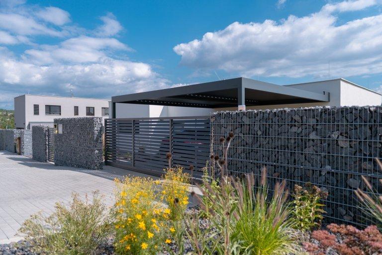 K modernímu domu patří moderní plot