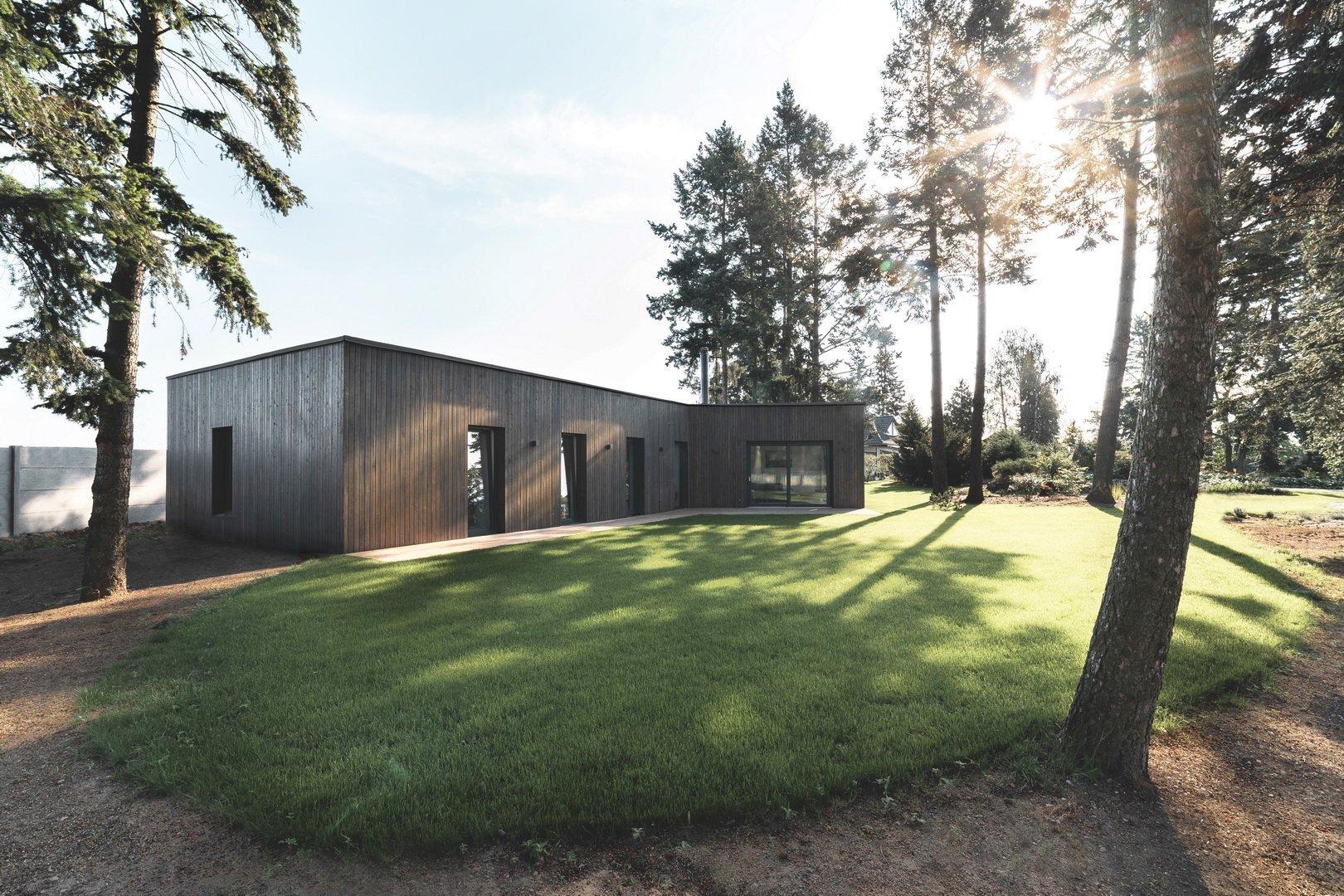 """Rodinný dům je navržen jako """"minimální"""" bydlení pro mladou rodinu s dětmi. Klíčovým faktem bylo zachování, co do největší míry, přírodní…"""