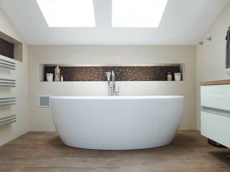 Luxusní koupelna s volně stojící vanou