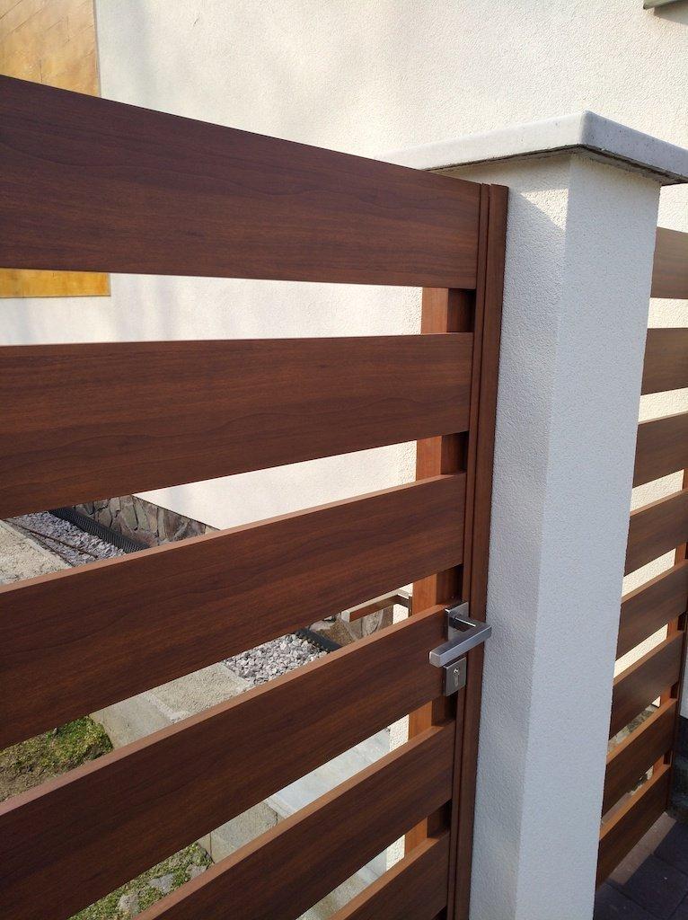 Hliníkový plot v dřevodekoru RAND