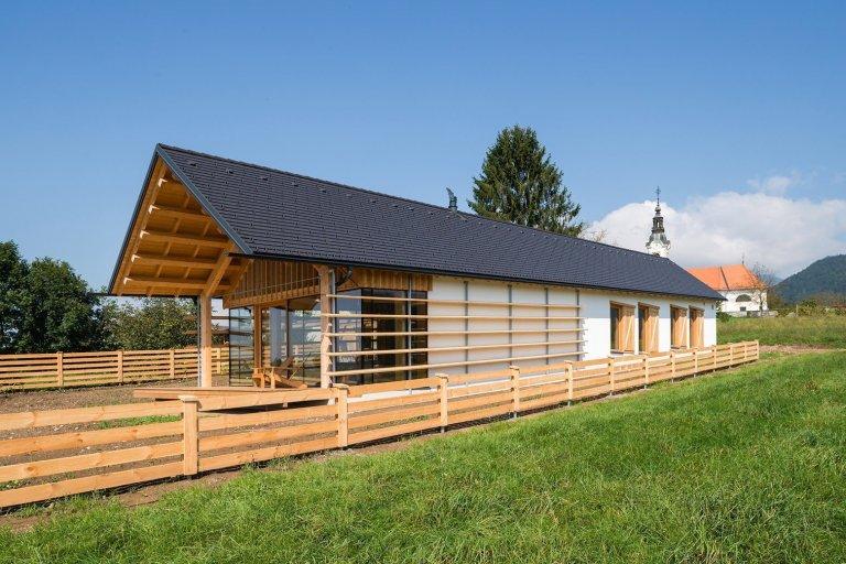Dům připomínající stodolu