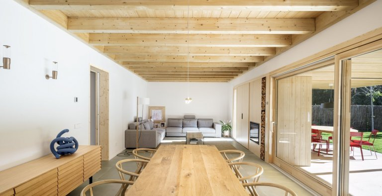 Pozemek, na němž stojí tento rodinný dům, je sice dlouhý a úzký, ale díky dobré orientaci vůči slunci se dal prakticky využít. Nejtvrdším oříškem, který museli architekti rozlousknout, bylo vytvořit z objemné budovy důvěrný a lidský prostor.