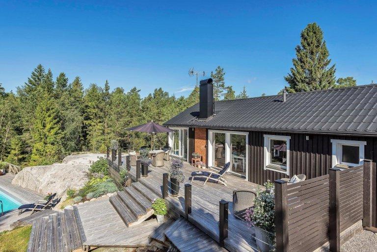Švédové jsou národem, který si potrpí na design, detaily a originalitu. S tím souvisí i architektura, která se vyznačuje svým prostým minimalistickým vzhledem. V kontrastu s divokostí tamní přírody je to spojení čistě geniální. Představíme vám nově zrekonstruovaný rekreační dům, který svým vzhledem krásně zapadá mezi tradiční švédské domy, ale uvnitř skýtá veškerý standard moderního bydlení.