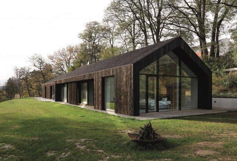 Rodinný dům s černou fasádou