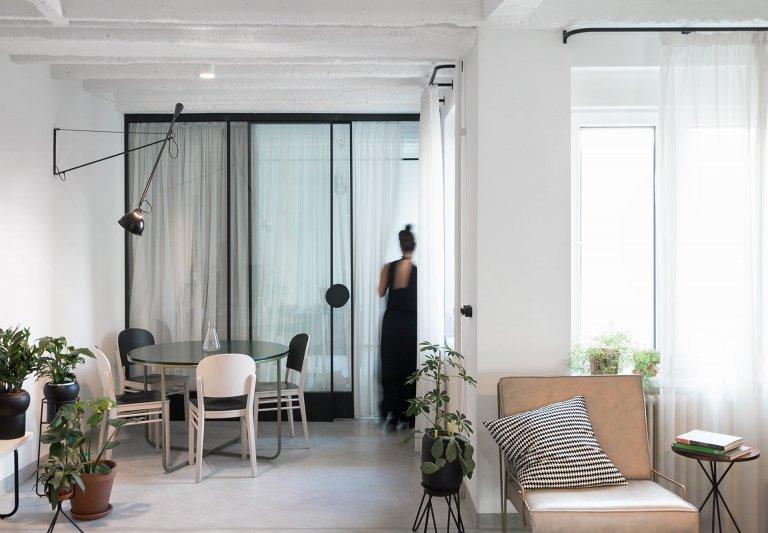 Mladý pár, který se rozhodl usadit v srbské metropoli Bělehradě. O svém budoucím bydlení měli jasné představy, vytoužený byt měl být zejména praktický, plný přirozeného světla a zároveň elegantní, s originálním designérským rukopisem. Své požadavky se rozhodli směřovat na odborníky z architektonického studia AUTOŘI. Projekt s příznačným názvem Příbytek Kateřiny a Igora byl zrealizován v roce 2015 a mladá dvojice dnes spokojeně bydlí v novém bytě, který naplnil všechny jejich očekávání.