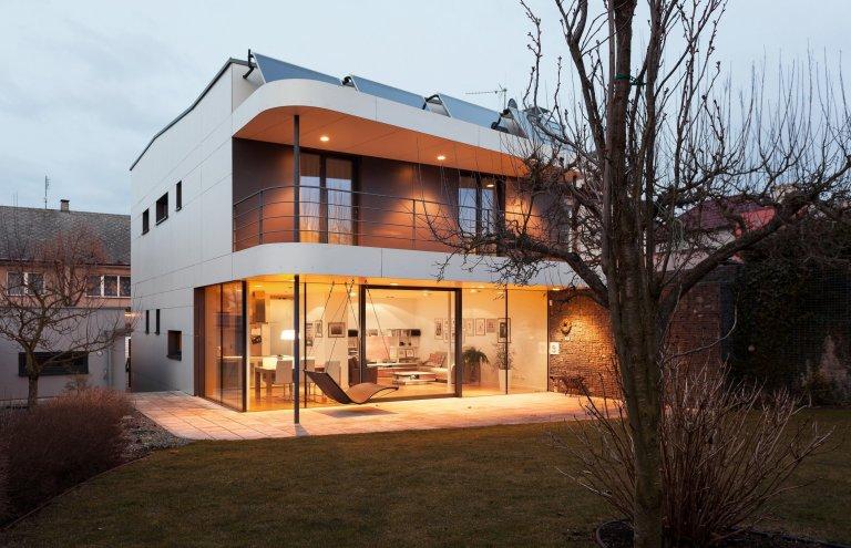Na místě původního domku v části města Kladna vzniknul kompaktí rodinný dům s pragmatickou dispozicí. Předností zadání byly jeho limity, které se propsaly do…