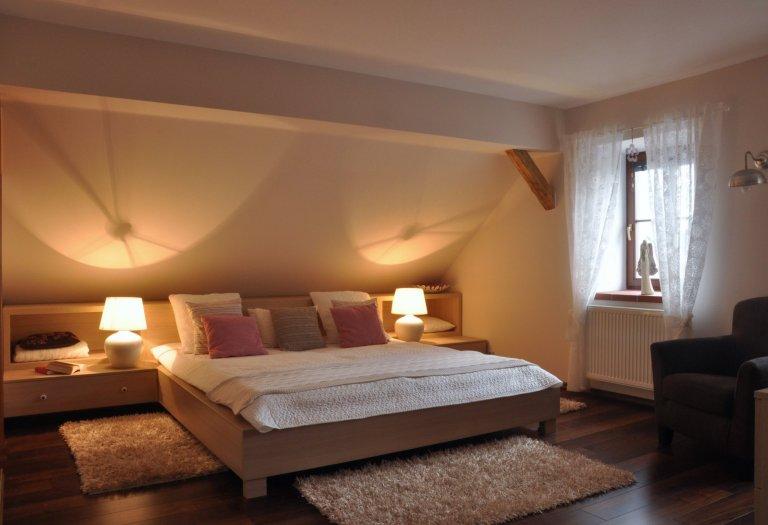 Prostorná podkrovní ložnice