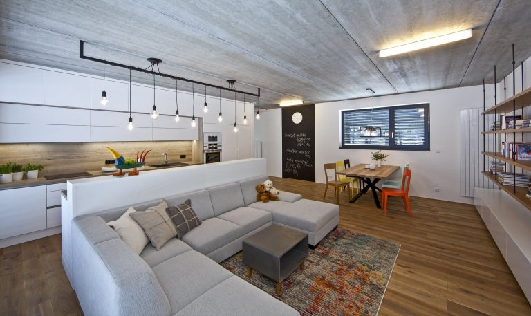 Hravý interiér pro mladou rodinu