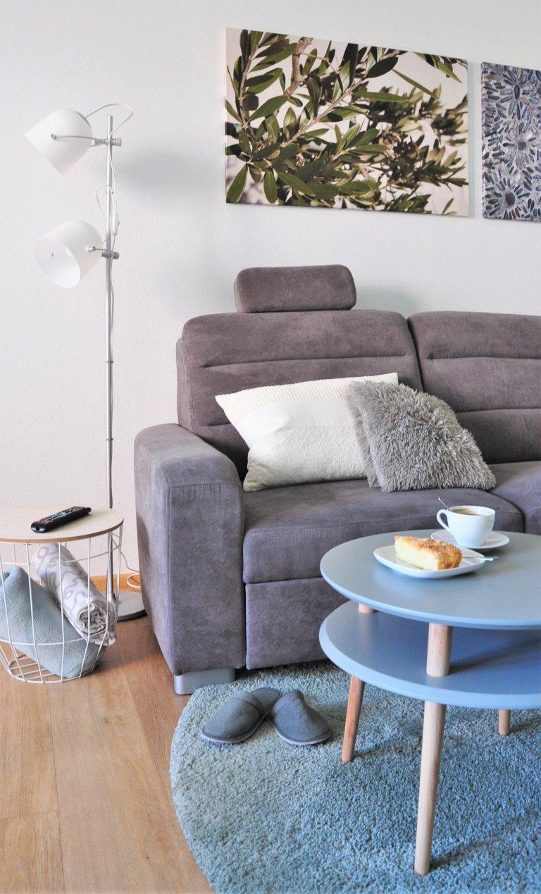 Celému interiéru dominují přirozené barvy dřeva abílých ploch kombinovaných stlumenými odstíny šedé, šedomodré zelené atrendové růžové. …