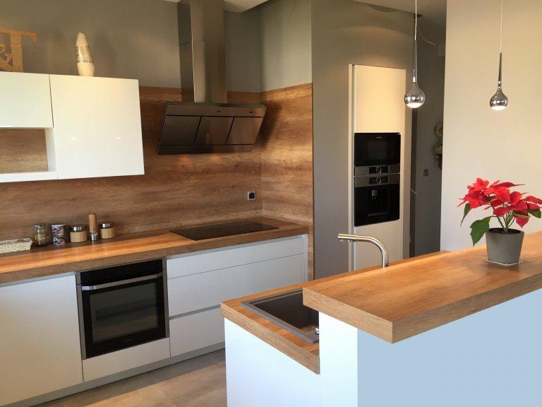 Kuchyně s dřevěným obkladem
