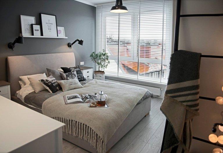 Polské studio Shoko Design je zajímavé pro svůj osobitý styl, který se promítá v každém jejich projektu, jenž úspěšně dokončí. Dnes se spolu podíváme na tento krásný apartmán s nádechem přímořského stylu v kontrastní kombinaci s cihlovou stěnou.