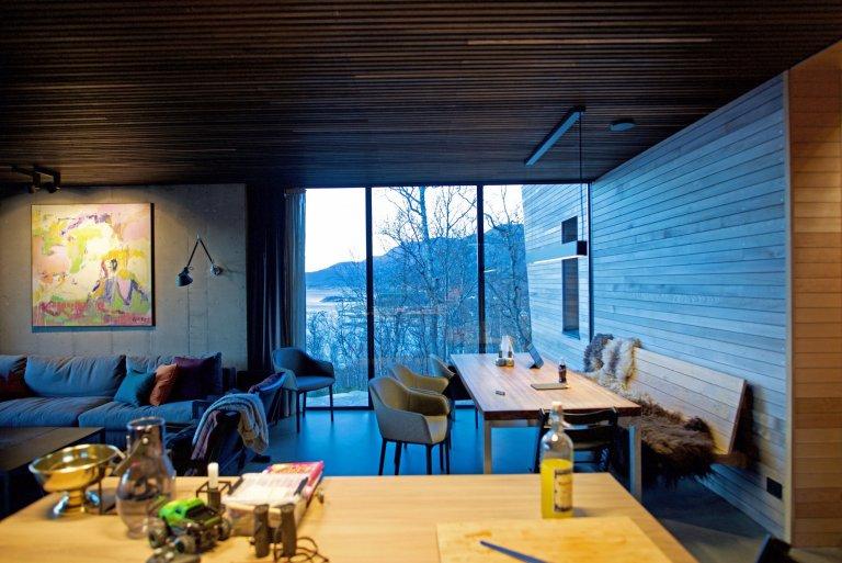 V posledních letech je čím dál častější situace, kdy se lidé z měst stěhují do přírody, nebo si tam alespoň pořizují chaty, které jim nabídnou nejen klid, ale i dostatečné soukromí, které jim ve městě často chybí. Přesně tato kritéria splňuje i tento domek u jezera, který se nachází v Norsku. O jeho výstavbu se postaralo studio Snorre Stinessen. Pojďme se spolu podívat na tento velmi atypický domeček, který je tak dobrý, že by se v něm dalo bydlet i celoročně.