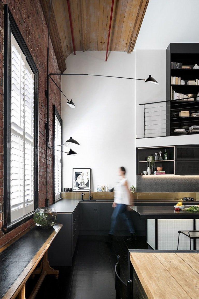 Hlavním přáním klientů bylo vytvoření tmavé kuchyně, která by dokonale zapadala do industriálně laděného designu bytu, jež je součástí ikonické budovy Collingwood Foy & Gibson. Původní dispozice kuchyně naplno nevyužila velkého prostoru, naopak jej uzavírala do menších oblastí, což značně narušovalo život majitelů. Rozšířením ořezové plochy kuchyně na okno se tak původní úložiště více než zdvojnásobilo.