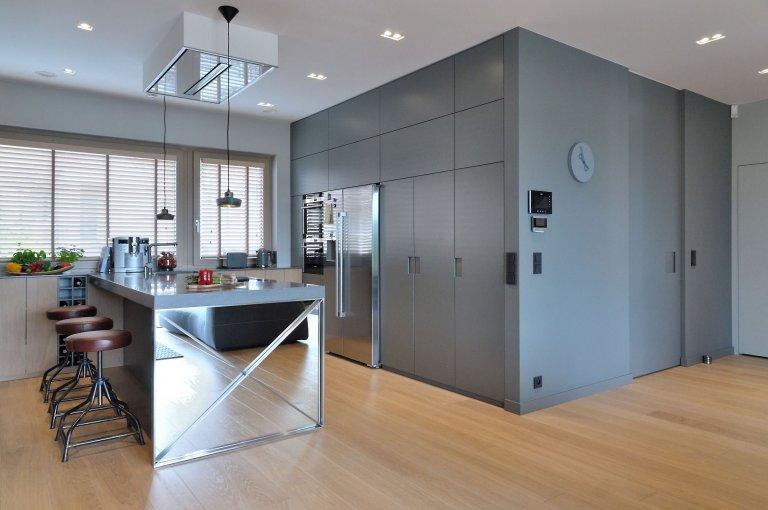 Stále více lidí do svých interiérů začleňuje beton v jakékoliv podobě. Jediná jeho nevýhoda tkví v tom, že na nás může působit poměrně chladně. S tím si ale poradili architekti ze studia MSWW, kteří beton zkombinovali se světlým dubem, který chladné účinky betonu tlumí a interiér tohoto 300 m2 velkého domu tak působí mnohem útulněji.
