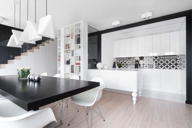 Dokonalá kombinace černé a bílé barvy v interiéru