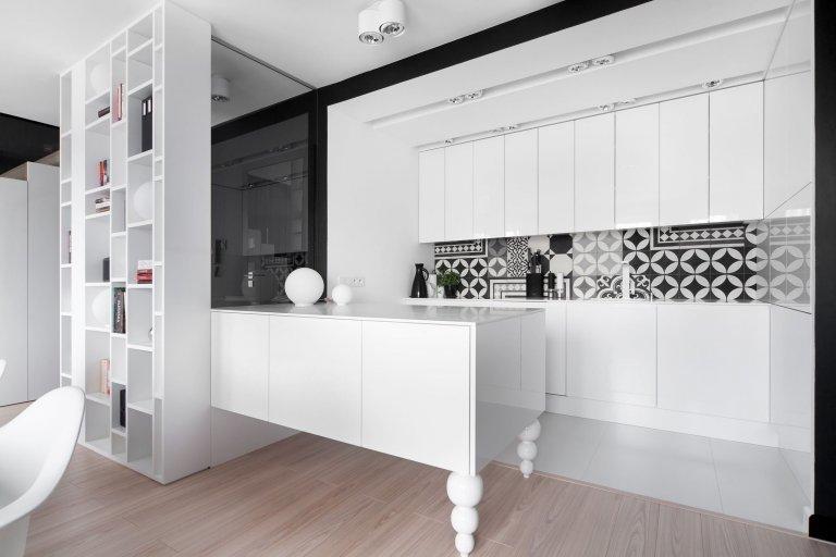 Ačkoliv se mnoha lidem líbí bydlení v barvách, najdou se i takoví, kteří ocení jednoduchý a elegantní design, který doplní maximálně nějakým vzorem. Proto se spolu podíváme na ukázku jednoho tříúrovňového bytu, o jehož úpravy se postaralo studio Widawscy Architektury z Polska.