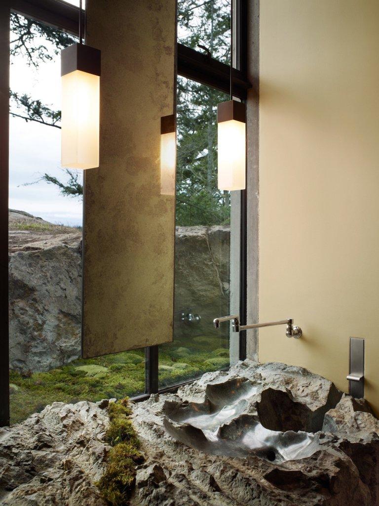 Před dávnými časy bylo naprostou samozřejmostí, aby muž zabezpečil svoji rodinu. Často proto vyhledávali bydlení ve skalách, kde mohli využívat suchosti kamenů, jejich krytí před zimou a větrem a hlavně bezpečí jeho rodiny, zatímco se vydávali na lov. To inspirovalo i architekty ze studia Olson Kundig v Seattlu, kteří vytvořili nádherné bydlení mezi skalami.