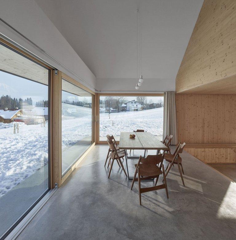 Říká se, že v jednoduchosti je krása. To, že je toto tvrzení pravdivé, nám dokazuje i tento dům nacházející se na úbočí rakouského Roßleithenu, který vyniká svojí jednoduchostí a mezi jeho největší oživení se dá považovat kulaté okno, jež se nachází ve štítu domu.