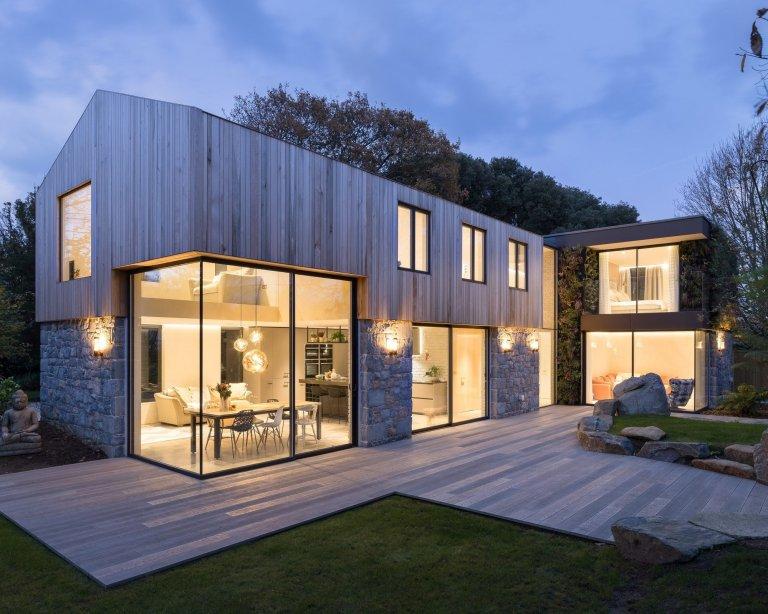 Dům s dřevěnou fasádou v harmonii s přírodou