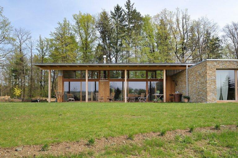 Dům stojící v blízkosti lesa