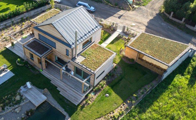 Moderní dřevostavba se zelenou střechou