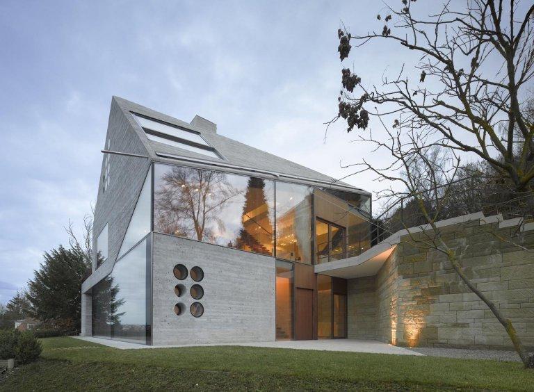 Moderní dům postavený z recyklovaných materiálů