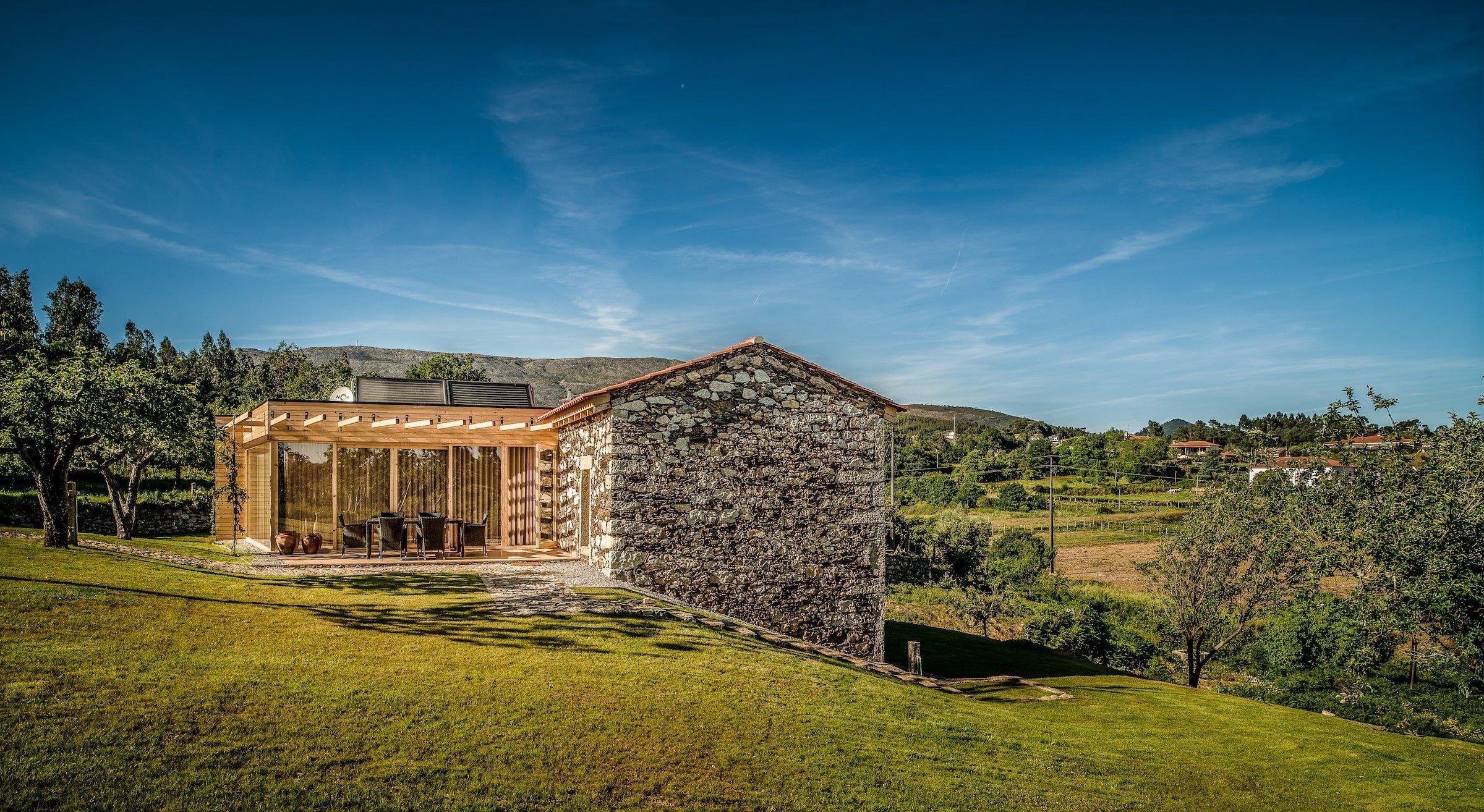 Také patříte mezi milovníky slunce, rozmanitosti a krásné lidové architektury? V tom případě se s námi pojďte podívat na to, jak bydlí Portugalci v tomto historickém dvougeneračním rodinném domě, jenž se nachází v romantickém údolí. Dům je pravou ukázkou toho, že se občas vsadí dát i na lidovou architekturu, zvláště-li, pokud ji spojíte s vymoženostmi dnešní doby.