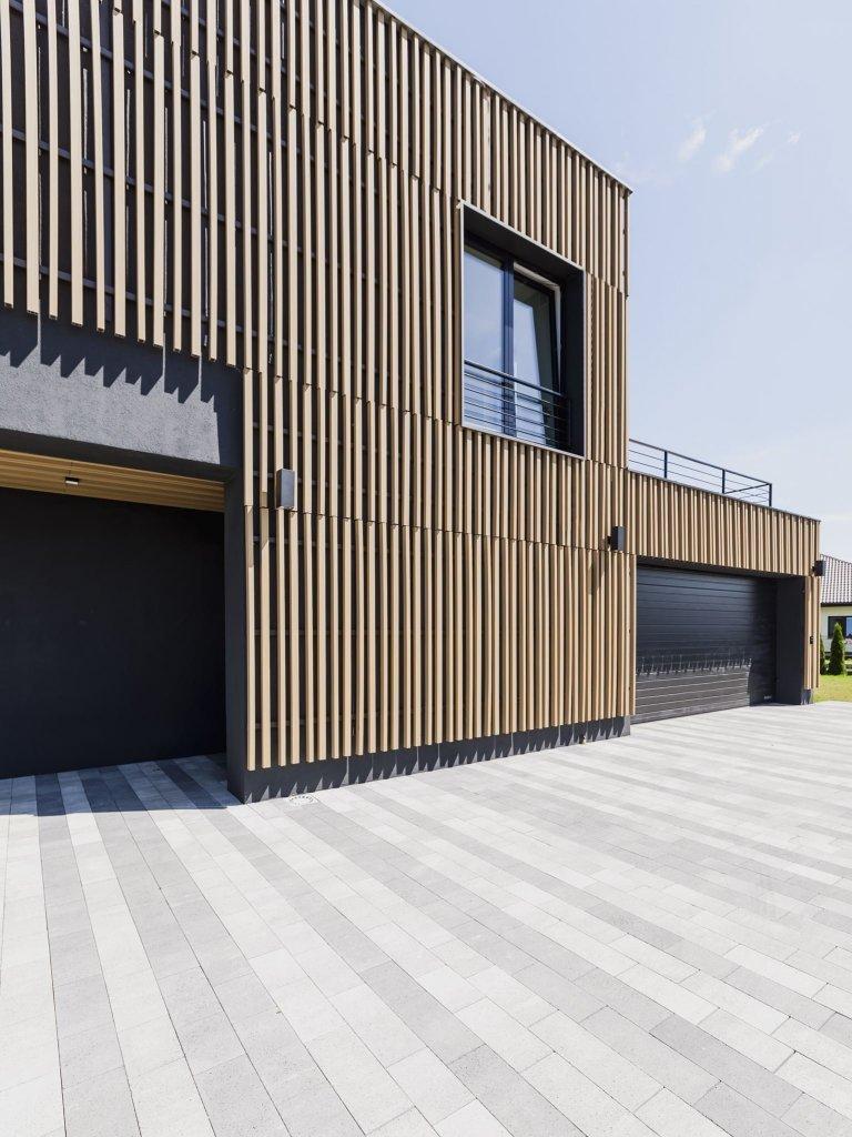 Stavba tohoto domu byla pro architekty velmi specifickou, jedinečnou, ale také hodně náročnou výzvou, které se postavili hrdě čelem. To dalo vzniku tomuto krásnému domu stojícímu v atraktivní, leč bažinaté krajině, který navíc stojí v plném souznění s přírodou. Pojďte se s námi podívat na to, jak tento dům vznikal.
