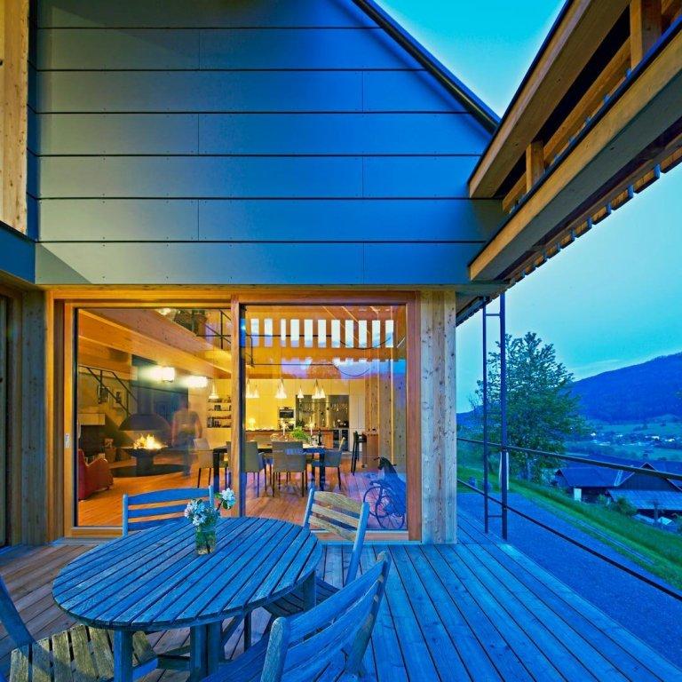 Almhaus – salaš, horská stavba k ustájení hospodářských zvířat, ale i jednoduché bydlení pro pastýře. Nejen takto lze pojem almhaus charakterizovat. V Alpách najdeme tento typ staveb, v současnosti plnících rezidenční funkci, velmi často. Ne vždy musí jít o staré stavby, důmyslnost architektů dává vzniku novým objektům, které jsou vysoce komfortní a slouží jako příjemné ubytování po dobu dovolené.