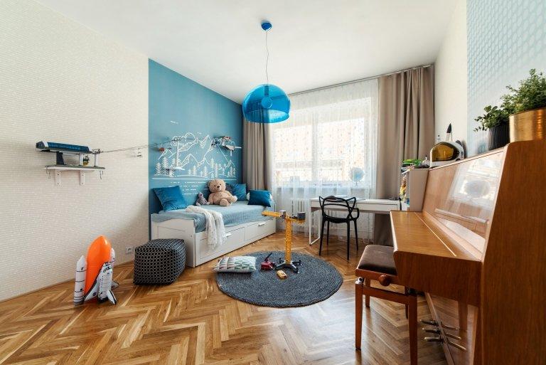Městský činžovní dům byl postaven začátkem 50. let minulého století. Jednotlivé byty patří městu, ale i přesto se klienti rozhodli, že do městského bytu dají…